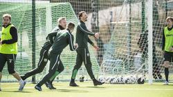 Zlatan Ibrahimovic (M.) trainiert bei Hammarby IF mit