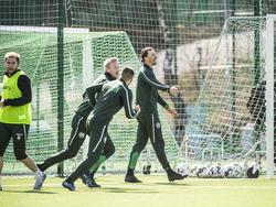 Zlatan Ibrahimović (M.) trainiert bei Hammarby IF mit