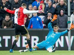 Oog-in-oog met FC Utrecht-doelman Filip Bednarek (r.) mist Feyenoord-aanvaller Michiel Kramer een enorme kans om zijn ploeg op 1-0 te zetten in de finale van de KNVB beker, maar de spits wipt de bal naast het doel. (24-04-2016)