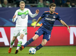 André Schürrle (l.) moet in de achtervolging bij Davy Pröpper (r.) tijdens het Champions League-duel VfL Wolfsburg - PSV (22-10-2015).