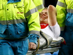 Tegen Willem II wordt Kolbeinn Sigþórsson hard geraakt op de enkel en de IJslander moet met een brancard van het veld. (06-12-2014)