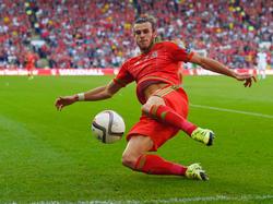 Wales-Star Gareth Bale gibt während der EM-Qualifikationspartie gegen Israel alles, um einen Ball noch wegzukratzen, bevor er die Seitenlinie überquert. (6.9.2015)