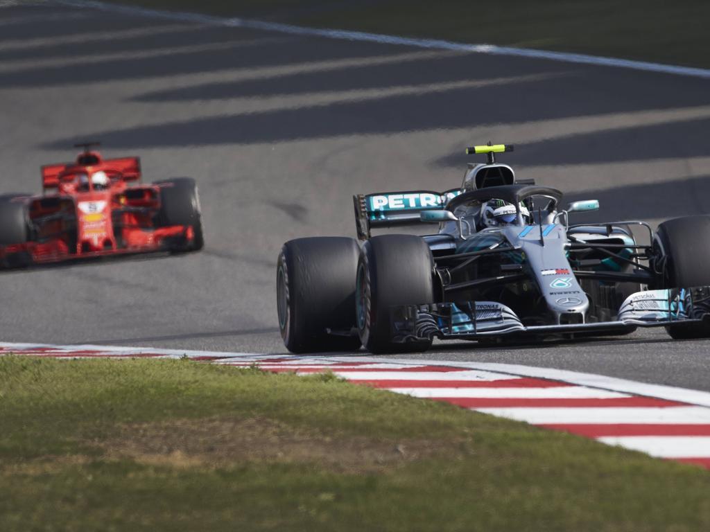 Nach dem Boxenstopp fuhr Bottas (r.) plötzlich vor Vettel