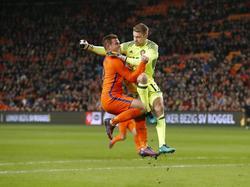 Vincent Janssen (l.) komt in botsing met Simon Mignolet (r.) tijdens de oefeninterland Nederland - België (09-11-2016).