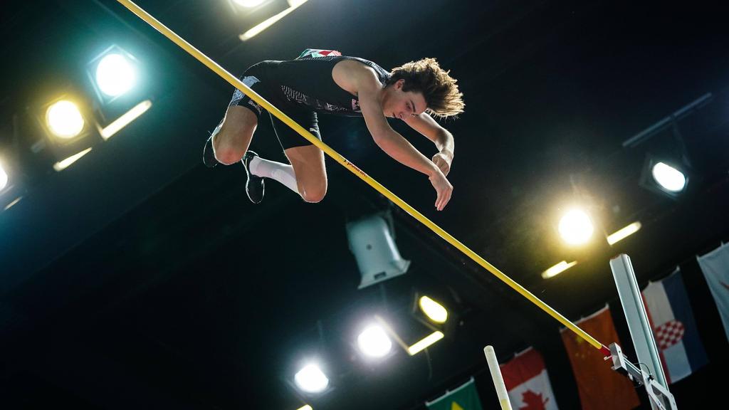 Der Schwede Armand Duplantis hat den Stabhochsprung-Weltrekord in der Halle auf 6,17 Meter verbessert