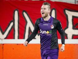 Cas Peters is blij met het maken van de openingstreffer in de wedstrijd FC Oss- FC Emmen in de Jupiler league. (28-11-14)
