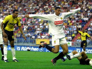 Marc Nygaard (m.) gaat op een wel heel vrijwillige manier naar de grond in het duel NAC Breda - Roda JC. Orlando Engelaar (l.) ziet het gebeuren. (17-08-2002)