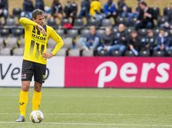 VVV-aanvaller Ralf Seuntjens staat balend bij de bal, nadat VVV opnieuw moet aftraden omdat Leon de Kogel Go Ahead op voorsprong heeft gebracht. (16-05-2016)