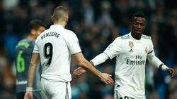 Benzema choca las manos con Vinicius en un duelo reciente. (Foto: Getty)
