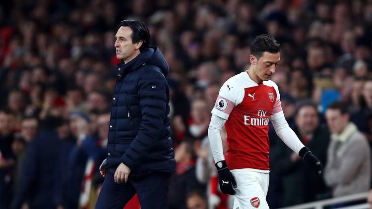 Unai Emery y Mesut Özil en el último duelo ante el United.