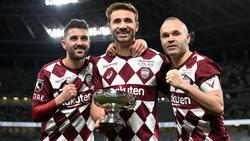 Los tres exculés posan con el trofeo de la Emperor's Cup.