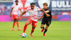 Christopher Nkunku (l.), hier im Duell mit Thomas Müller vom FC Bayern