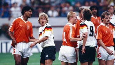 Frank Rijkaard (l.) und Rudi Völler (Nummer neun) hatten im WM-Achtelfinale viel Gesprächsbedarf