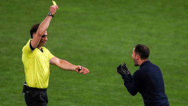 Domenico Tedesco (r.) kann die Entscheidung des Schiedsrichters nicht nachvollziehen