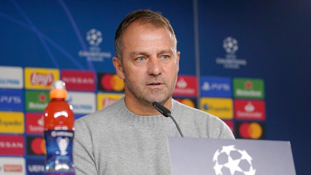 Hansi Flick vom FC Bayern beantwortet die Fragen der Journalisten