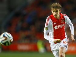 Lucas Andersen gaat achter de bal aan tijdens de competitiewedstrijd Ajax - Willem II. (06-12-2014)