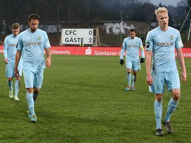 V.l.n.r: Tim Hölscher, Marc Endres, Anton Fink en Dan-Patrick Poggenberg druipen af na de nederlaag tegen Hallescher FC. (06-12-2014)