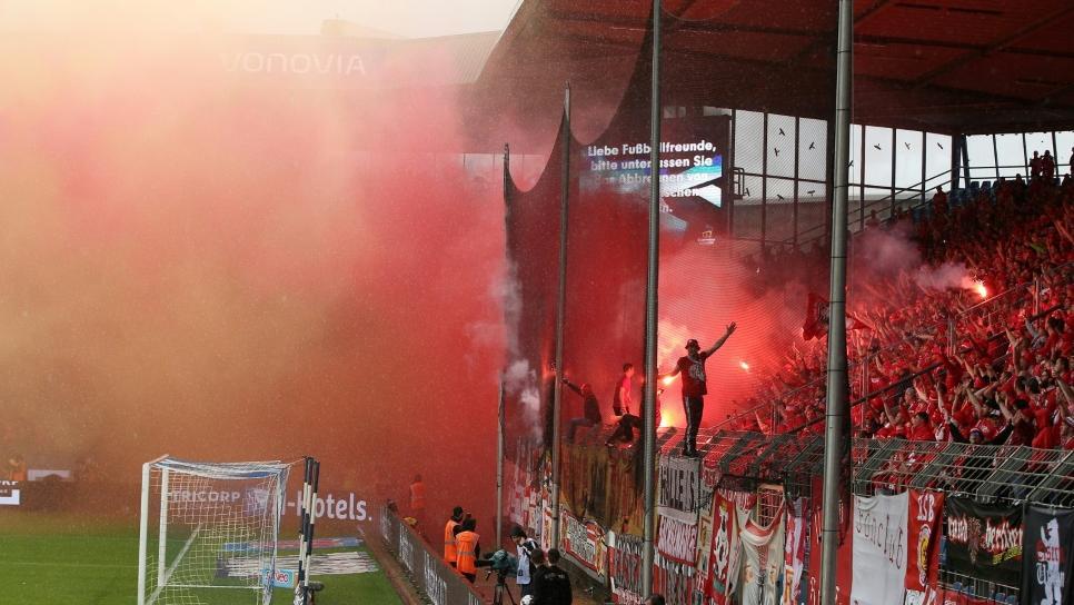 Die Fans der Eisernen brannten in Bochum Pyrotechnik ab