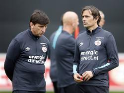 PSV-trainer Phillip Cocu (r.) is in gesprek met spitsentrainer Luc Nilis (l.) tijdens een training van PSV (27-06-2016).