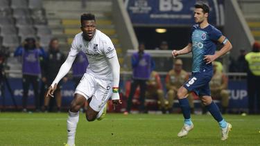 Edmond Tapsoba (l.) schließt sich Bayer Leverkusen an