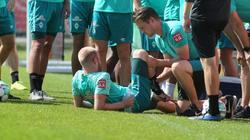 Davy Klaassen wird während einer Trainingspause behandelt