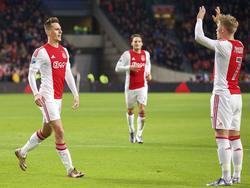 Arkadiusz Milik (l.) zoekt Viktor Fischer op, nadat de Pool tegen sc Heerenveen heeft gescoord dankzij de Deen. (05-12-2015)