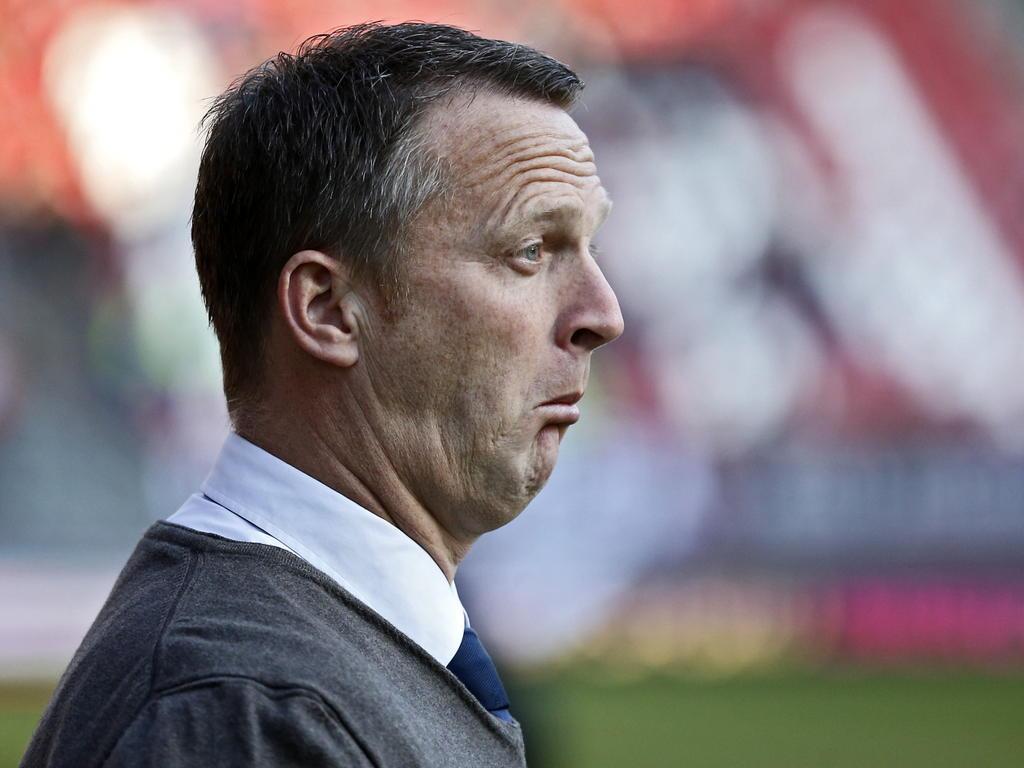 AZ trainer John van den Brom kan het niet bevatten dat zijn ploeg al dik achterstaat tegen FC Utrecht. (08-03-2015)