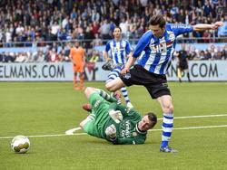 Roald van Hout (r.) stuit op doelman Theo Zwarthoed (l.) tijdens het play-offduel FC Eindhoven - FC Volendam. (25-05-2015)