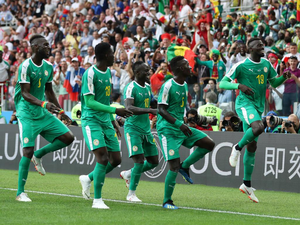 Die Afrikaner um Starspieler Mané (M.) jubelt nach dem zwischenzeitlichen 2:0