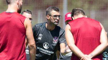 Will sich seine Eigenheiten bewahren: Trainer Michael Köllner beim Training mit den Nürnberger Spielern