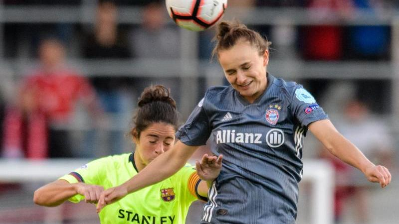 Barcelonas Marta Torrejon (l.) und Lina Magull vom FC Bayern im Kopfballduell um den Ball