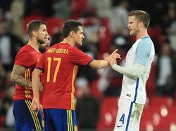 Eric Dier (r.) is boos op Ander Herrera (#17) tijdens de oefeninterland Engeland - Spanje (15-11-2016).