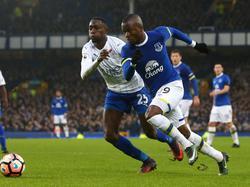 Leicester City-aanwinst Wilfred Ndidi (l.) duelleert met Enner Valencia van Everton. (07-01-2017)