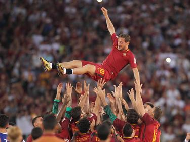 Totti es manteado por sus compañeros el día de su adiós en Roma. (Foto: Getty)