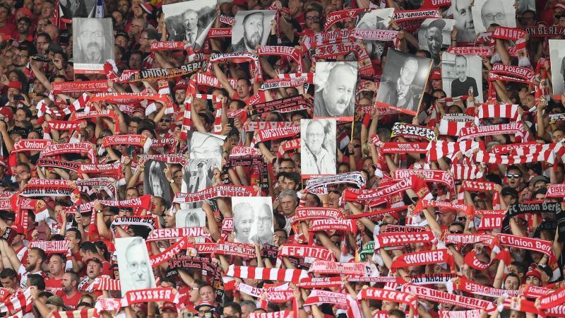Fans konnten ein Banner mit Bildern gestorbener Angehöriger anfertigen lassen