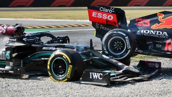 Lewis Hamilton im Mercedes nach dem Unfall mit Max Verstappen im Red Bull