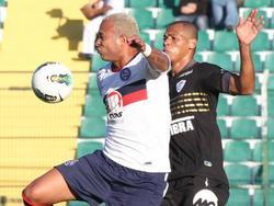 Immer eng am Gegenspieler: AndersonConceição (r.)