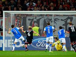 Rolfes drückt den Ball zum 1:0 über die Linie