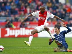 Thulani Serero (l.) haalt verwoestend uit na een afgeslagen corner en zet Ajax zo op 1-0 tegen FC Utrecht. Christian Kum is te laat met zijn sliding. (14-12-2014)