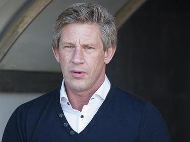 Technisch directeur Marcel Brands kijkt toe hoe 'zijn' PSV het trainingskamp op Gran Canaria aanpakt (05-01-2015).