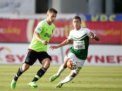 Joël Veltman (l.) is niet onder de indruk van Nermin Crnkić en probeert richting het middenveld te dribbelen in de Europese uitwedstrijd tegen FK Jablonec. (27-08-2015)