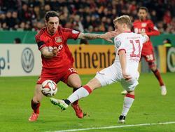 Roberto Hilbert (l.) probeert langs Ruben Jenssen (r.) te komen tijdens de achtste finale-wedstrijd Bayer Leverkusen - 1. FC Kaiserslautern in de DFB-Pokal. (03-03-2015)