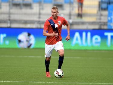 Ulrik Jenssen heeft balbezit tijdens het U21 EK-kwalificatieduel Noorwegen - Bosnië & Herzegovina (13-06-2015).