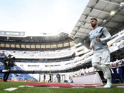 Sergio Ramos salta al césped del Bernabéu. (Foto: Getty)
