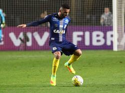 Thiago Maia heeft de bal tijdens het competitieduel São Paulo - Santos (14-10-2016).