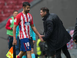 Diego Costa sale del campo felicitado por Simeone. (Foto: Getty)