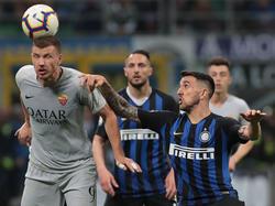 Dzeko cabecea el cuero ante la defensa del Inter.