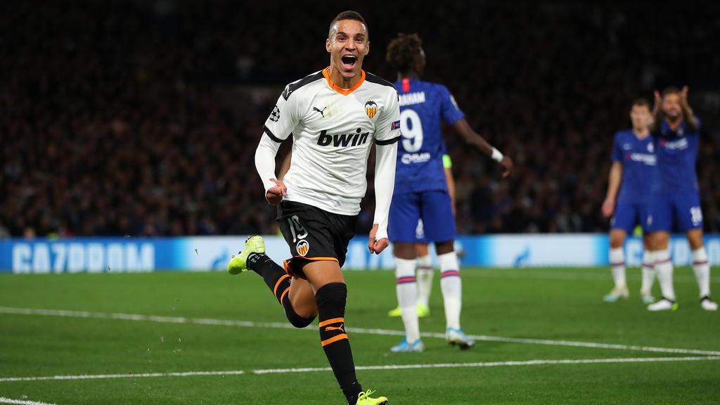 Rodrigo celebra su tanto en Stamford Bridge.