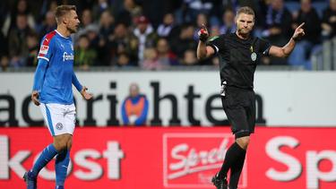 Referee Gerach entschied in Kiel auf Strafstoß und Gelb gegen Ersatzspieler Eberwein