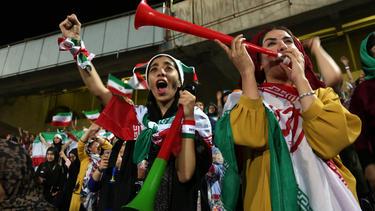 2019 durften erstmals nach Jahrzehnten wieder Frauen in ein iranisches Fußballstadion